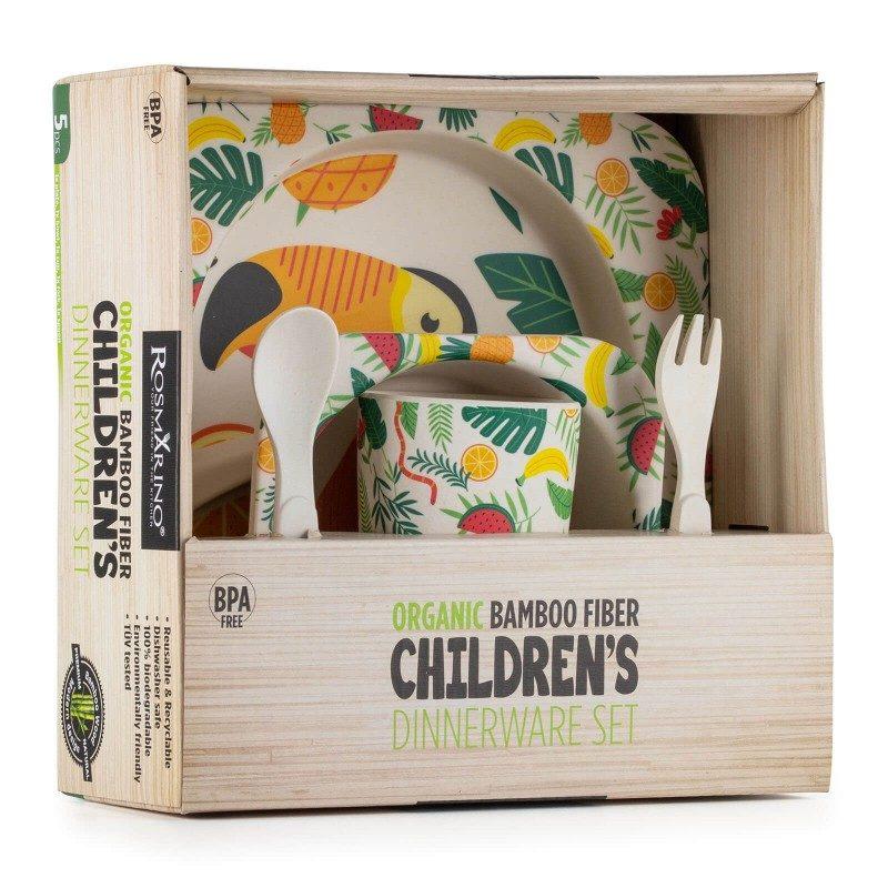 Učenje vašega malčka, kako pravilno sedeti za mizo, držati žlico in se samostojno prehranjevati še nikoli ni bilo enostavnejše. 5-delni jedilni otroški set iz naravnega bambusa Rosmarino je narejen iz koruznega škroba in naravnih bambusovih vlaken, ki so popolnoma biorazgradljiva in prijazna okolju. Set je primeren za prve otrokove obroke, kjer mu bodo nerodnost pomagali preživeti simpatični živalski motivi, s katerimi bo hranjenje še prijetnejše. Otroški set vsebuje nizek predelni krožnik, globok krožnik ali skledico, kozarček, majhno žlico in vilico - vse kar potrebujete za kakovosten obrok vašega malčka. Set ne vsebuje petrokemikalij in BPA, ne pušča umetnega okusa v hrani, zaradi svoje sestave je izredno trden, a hkrati lahek za prenašanje. Set enostavno očistite pod tekočo vodo ali v pomivalnem stroju.