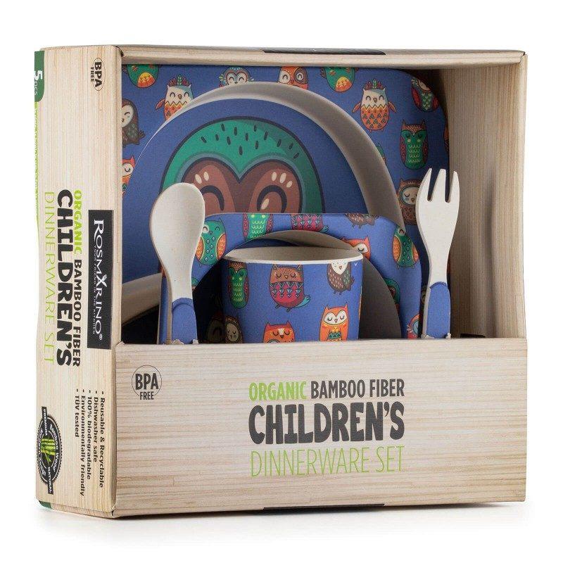 Učenje vašega malčka, kako pravilno sedeti za mizo, držati žlico in se samostojno prehranjevati še nikoli ni bilo enostavnejše. 5-delni jedilni otroški set iz naravnega bambusa Rosmarino je narejen iz koruznega škroba in naravnih bambusovih vlaken, ki so popolnoma biorazgradljiva in prijazna okolju. Set je primeren za prve otrokove obroke, kjer mu bodo nerodnost pomagali preživeti simpatični živalski motivi, s katerimi bo hranjenje še prijetnejše. Otroški set vsebuje nizek predelni krožnik, globok krožnik ali skledico, kozarček, majhno žličko in vilico - vse kar potrebujete za kakovosten obrok vašega malčka. Set ne vsebuje petrokemikalij in BPA, ne pušča umetnega okusa v hrani, zaradi svoje sestave je izredno trden, a hkrati lahek za prenašanje. Set enostavno očistite pod tekočo vodo ali v pomivalnem stroju.