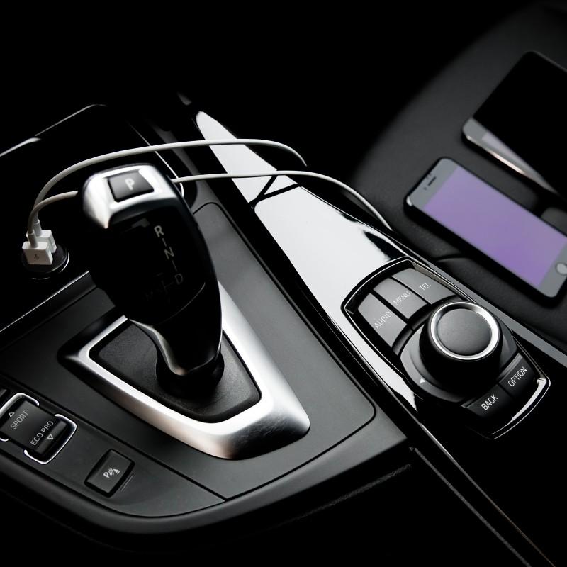Dvojni hitri avtopolnilec za telefon z dvema univerzalnima USB izhodoma in priloženim USB-mikro kablom vam omogoča hitro polnjenje tudi do dveh naprav hkrati. Le 20 minut vožnje je potrebne, da se baterija vašega telefona zadovoljivo napolni. Paket vključuje pleteni USB-mikro kabel iz dvoslojnega najlona, ki mu zraven ojačanih konektorjev zagotavlja dolgo življenjsko dobo.