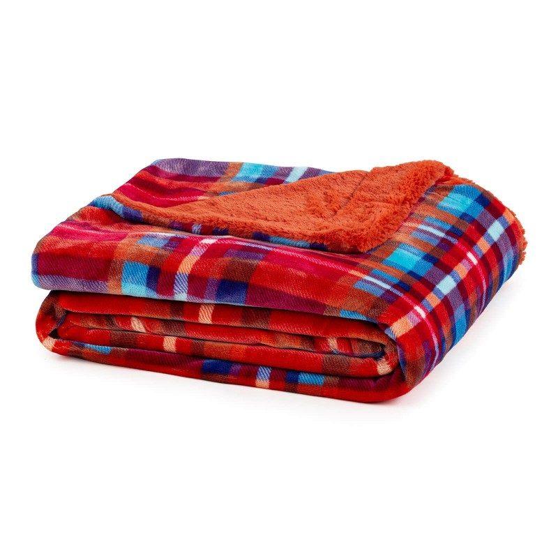 Mehka dekorativna odeja Beatrice iz kakovostnih mikrovlaken za prijetne trenutke udobja in sprostitev na vsakem koraku: v spalnici, dnevni sobi, na potovanju ali pikniku. Odejo lahko uporabljate na obeh straneh. Na eni strani je izredno mehka tkanina v beli barvi, druga stran pa je v čudovitem kara vzorcu. Dekorativna odeja je lahko tudi odlično darilo, ki bo razveselilo vaše najbližje. Odeja je pralna na 30 °C.