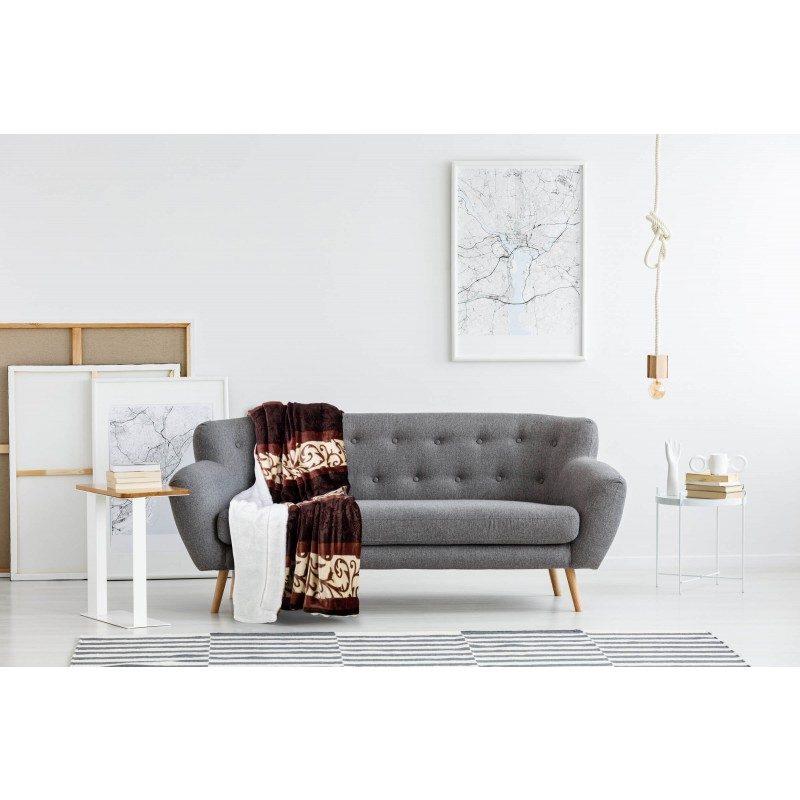 Mehka dekorativna odeja Beatrice iz kakovostnih mikrovlaken za prijetne trenutke udobja in sprostitev na vsakem koraku: v spalnici, dnevni sobi, na potovanju ali pikniku. Odejo lahko uporabljate na obeh straneh. Na eni strani je izredno mehka tkanina v beli barvi, druga stran pa je v čudoviti rjavi barvi. Dekorativna odeja je lahko tudi odlično darilo, ki bo razveselilo vaše najbližje. Odeja je pralna na 30 °C.
