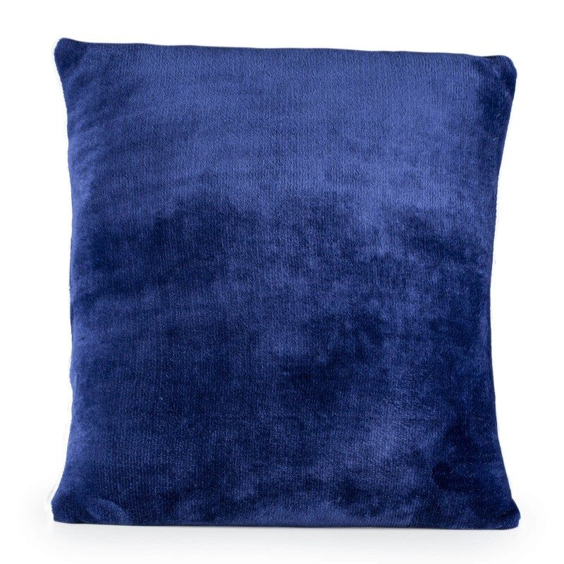 Mehek dekorativni vzglavnik Beatrice Solid iz kakovostnih mikrovlaken za prijetne trenutke udobja in sprostitev na vsakem koraku: v spalnici, dnevni sobi, na potovanju ali pikniku. Vzglavnik lahko uporabljate na obeh straneh. Na eni strani je izredno mehka tkanina v beli barvi, druga stran pa je v čudoviti barvni tkanini. Dekorativni vzglavnik je lahko tudi odlično darilo, ki bo razveselilo vaše najbližje. Vzglavnik je pralen na 30 °C.