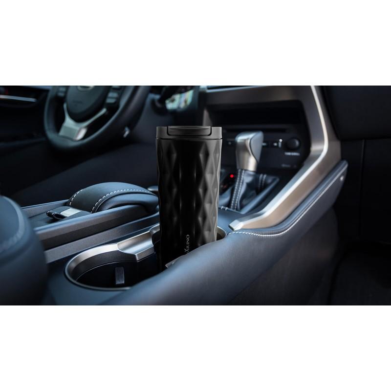 Termo lonček za kavo ali čaj Rosmarino iz kakovostnega nerjavečega jekla z dvojno izolirano steno ohranja tekočino hladno do 8 ur in toplo do 4 ur. Lonček za večkratno uporabo je najboljša alternativa lončkom za enkratno uporabo, ne vsebuje petrokemikalij in BPA, ne pušča umetnega okusa na pijači. Večji lonček prostornine 500 ml je idealne velikosti za vašo najljubšo kavo, čaj ali drug napitek na poti. Eleganten pridih moderno zasnovanega lončka doda geometrična tekstura. Zahvaljujoč pokrovčku, lonček preprečuje polivanje in 100 % tesni. Primeren je za večino avtomobilskih držal za lončke.