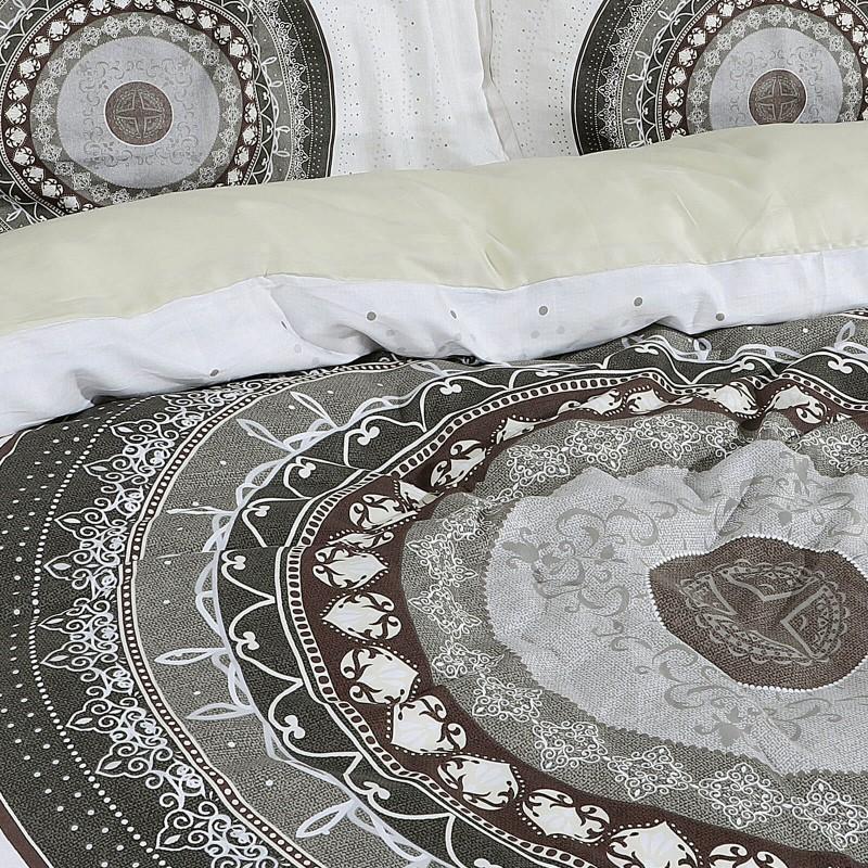 Čas je za popolno razvajanje z moderno bombažno posteljnino! Posteljnina Circle je iz mehkega bombažnega satena, ki je stkan iz visokokakovostne, tanke preje. Posteljnina iz satena je tako čudovit okras vaše spalnice in hkrati odlična izbira za udoben in prijeten spanec. Naj vas očara moderen dizajn s cvetličnim potiskom. Posteljnina je pralna na 40 °C.