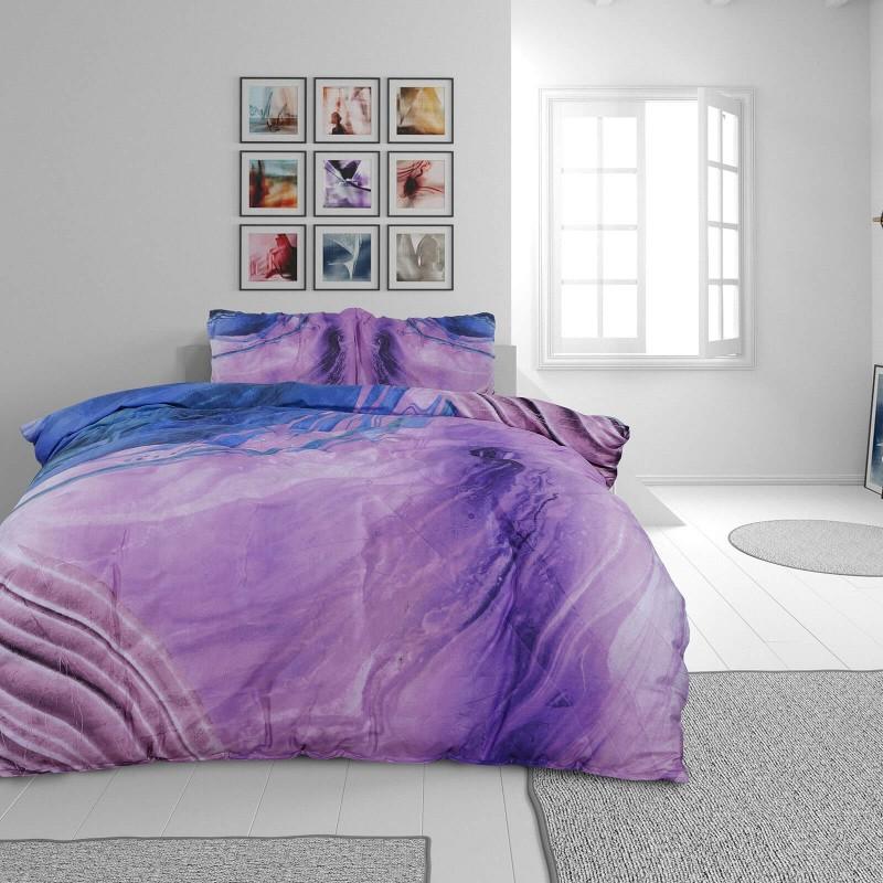 Čas je za popolno razvajanje z moderno bombažno posteljnino! Posteljnina Loir je iz mehkega bombažnega satena, ki je stkan iz visokokakovostne, tanke preje. Posteljnina iz satena je tako čudovit okras vaše spalnice in hkrati odlična izbira za udoben in prijeten spanec. Naj vas očara moderen dizajn. Posteljnina je pralna na 40 °C.