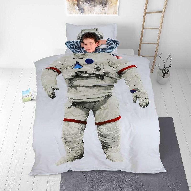 Poskrbite za miren in udoben spanec svojih najmlajših z bombažno posteljnino! Prikupen otroški motiv bo otroke zagotovo navdušil in popeljal v čudovito sanjsko deželo. Posteljnina Astronaut je iz renforce platna, ki velja za lahko, mehko tkanino, preprosto za vzdrževanje. Posteljnina je pralna na 40 °C.