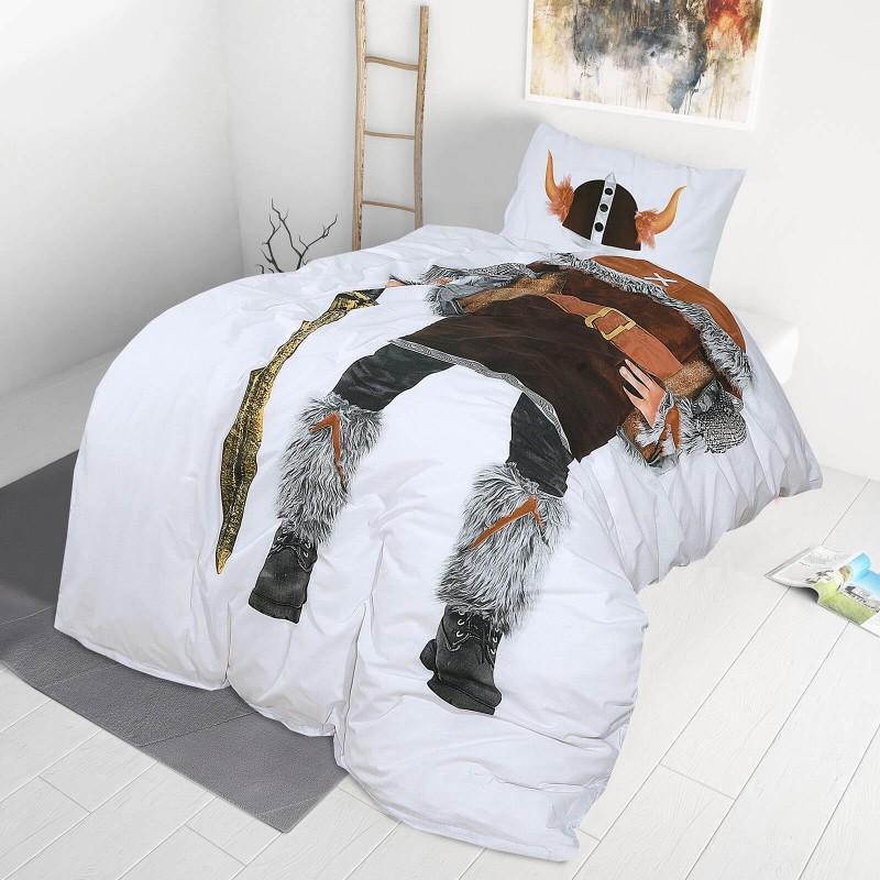 Poskrbite za miren in udoben spanec svojih najmlajših z bombažno posteljnino! Prikupen otroški motiv bo otroke zagotovo navdušil in popeljal v čudovito sanjsko deželo. Posteljnina Viking je iz renforce platna, ki velja za lahko, mehko tkanino, preprosto za vzdrževanje. Posteljnina je pralna na 40 °C.