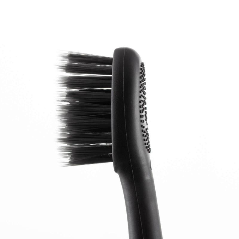 3-delni set VELLA za profesionalno izkušnjo ščetkanja zob vsebuje sonično zobno ščetko VELLA, potovalni etui in dodatni nadomestni nastavek v črni barvi. Sonična električna zobna ščetka VELLA je vaša nova pot do popolne ustne higiene. Sonično gibanje zobne ščetke ustvari mikromehurčke, ki pripomorejo do občutno boljšega čiščenja zob, na povsem neagresiven način. Inovativno pristrižene ščetine zobne ščetke so mehke in prepojene z aktivnim ogljem, ki ohranja naravno belino vaših zob. VELLA opravi kar 31.000 enakomernih gibov na minuto, ki jih je s klasično zobno ščetko nemogoče opraviti v tako kratkem času.  Redno odstranjevanje zobnih oblog je ključnega pomena pri pomoči k težavam, kot so: zobne obloge, vnetje dlesni ali zadah. Izbirajte med 3 načini čiščenja, ki so prilagojeni vašim potrebam: funkcija osnovnega čiščenja, funkcija nežnejše masaže vaših dlesni ali funkcija za poliranje vaših zob. Potovalni etui za sonično električno zobno ščetko VELLA omogoča optimalen način shranjevanja doma ali med potovanjem. Hkrati bo vaša zobna ščetka vedno skrbno v čistem okolju. Primeren je za vsakodnevno rabo, saj omogoča enostavno magnetno zapiranje, v vedno čistem okolju. Setu je priložen še 1 dodatni nadomestni nastavek/glava za zobno ščetko VELLA, ki zdrži cca. 3 mesece.