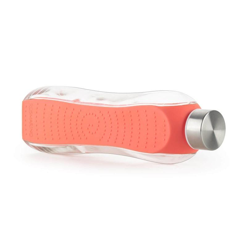 Steklenica Rosmarino - 660 ml je idealna za vsakdanjo uporabo in hkrati kot nalašč za ljubitelje aktivnega ter estetskega sloga življenja. Oblikovana je iz prozornega in trpežnega stekla, ki omogoča večkratno uporabo. Dodaten zaščitni ovoj bo poskrbel, da bo vaša steklenica varnejša pred udarci ali drugimi mehanskimi poškodbami. Prenehajte uporabljati okolju škodljivo plastiko in izberite steklenico iz nepogrešljivega trpežnega stekla, ki je enostavno za recikliranje.