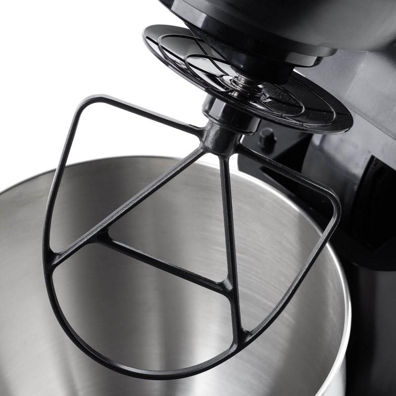 Peka še nikoli ni bila enostavnejša. Prepustite se čarom profesionalnega kuhinjskega robota Rosmarino Infinity. Kuhinjski robot odlikuje izvrstna zmogljivost 1000 W motorja in orbitalno gibanje za profesionalno mešanje sestavin. Vsestranska naprava bo s 7 različnimi hitrostmi in dodatno pulzno funkcijo postala pravi nepogrešljivi pripomoček pri vaši peki različnih piškotov, sladic, pripravi testa za kruh in pico, ali drugih sestavin pri kuhanju. 3 priloženi nastavki - metlica, gnetilni kavelj in ploski stepalnik so izjemno enostavni za menjavo in bodo poskrbeli za profesionalno pripravo. Zahvaljujoč jekleni posodi s prostornino 5500 ml boste enostavno izmerili vse želene sestavine. Eleganten dizajn v črni barvi z inox detajli bo popestril vsako sodobno kuhinjo in postal vaš X faktor na kuhinjskem pultu. Kuhinjski robot je nadvse trpežen in bo dolgo služil tudi naslednjim generacijam.