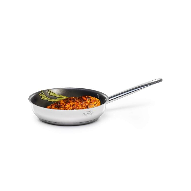 Jeklena ponev Pour&Cook premera 20 cm odlikuje neuničljivo jeklo 18/10 s 3-slojnim dnom, ki omogoča hitro in enakomerno segrevanje ter krajši čas kuhanja. Tehnologija ThermoFlow poskrbi za odlično razporeditev toplote po celotni površini posode in s tem za enakomerno kuhanje. Neoprijemljiv  premaz ILAG Premium omogoča naraven način kuhanja in pečenja, z malo maščobami. Hrana tako zadrži vse potrebne vitamine in minerale, ki jih naše telo potrebuje za zdrav način življenja. Primerna je za vsa kuhališča, tudi indukcijo, enostavna za pomivanje, tudi v pomivalnem stroju.