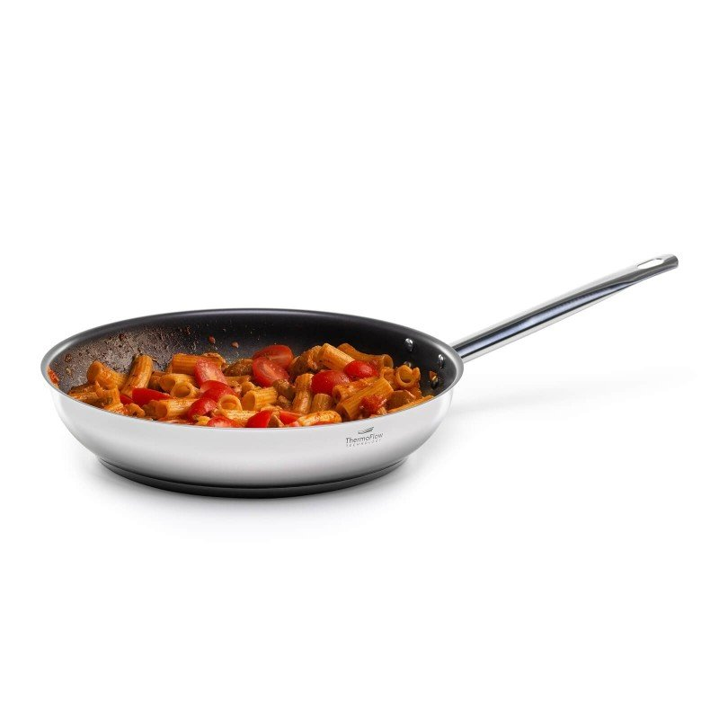 Jeklena ponev Pour&Cook premera 28 cm odlikuje neuničljivo jeklo 18/10 s 3-slojnim dnom, ki omogoča hitro in enakomerno segrevanje ter krajši čas kuhanja. Tehnologija ThermoFlow poskrbi za odlično razporeditev toplote po celotni površini posode in s tem za enakomerno kuhanje. Neoprijemljiv  premaz ILAG Premium omogoča naraven način kuhanja in pečenja, z malo maščobami. Hrana tako zadrži vse potrebne vitamine in minerale, ki jih naše telo potrebuje za zdrav način življenja. Primerna je za vsa kuhališča, tudi indukcijo, enostavna za pomivanje, tudi v pomivalnem stroju.
