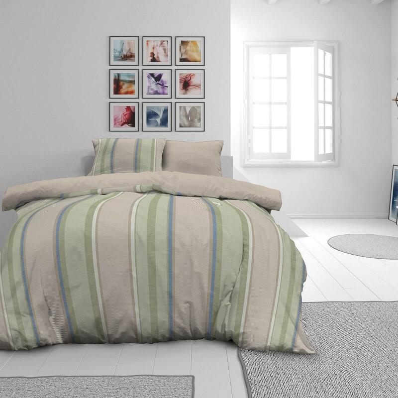 Čas je za popolno razvajanje z moderno bombažno posteljnino! Posteljnina Harring Bone je iz mehkega bombažnega satena, ki je stkan iz visokokakovostne, tanke preje. Posteljnina iz satena je tako čudovit okras vaše spalnice in hkrati odlična izbira za udoben in prijeten spanec. Naj vas očara moderen dizajn z vzorcem črt. Posteljnina je pralna na 40 °C.