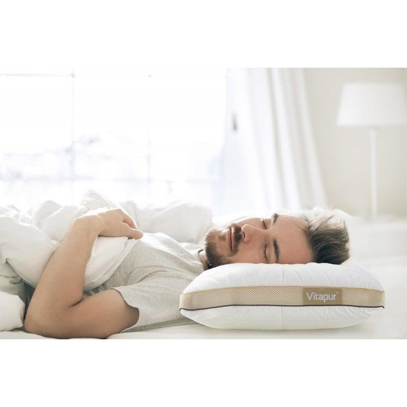 Za naspana jutra izberite vzglavnik, ki se prilagaja vam. Hibridni vzglavnik NEO Bamboo Memory je inovacija na slovenskem tržišču, saj združuje zmagovalno kombinacijo rezane spominske pene v obliki kock in puhastih mikrovlaken za popolno prilagoditev vašim potrebam. Rezana spominska pena poskrbi za porazdelitev pritiska in pravilno podporo glave med spanjem, fina mikrovlakna pa vam nudijo mehkobo in zračnost ob samem stiku z vzglavnikom. Vzglavnik ima dve prevleki, notranjo zrakotesno, ki doživljenjsko ohrani polnilo v pravilni obliki in zunanjo, sestavljeno iz nebeljenega bombaža z všitimi bambusovimi vlakni za vse ljubitelje naravnih materialov. Vzglavnik vam zahvaljujoč všiti zadrgi nudi možnost individualne nastavitve višine in trdote, točno tako, kot vam najbolj ustreza. Stranska AirMesh tkanina poskrbi za optimalno zračenje vzglavnika in poskrbi za kroženje zraka med samim počitkom.