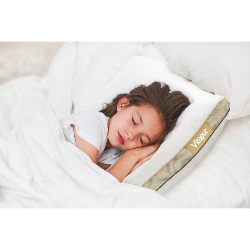 Edini otroški vzglavnik, ki se prilagaja potrebam vašega otroka. Otroški hibridni vzglavnik NEO Bamboo Memory Junior je inovacija na slovenskem tržišču, saj združuje zmagovalno kombinacijo rezane spominske pene v obliki kock in puhastih mikrovlaken za popolno prilagoditev otroški glavi. Rezana spominska pena poskrbi za porazdelitev pritiska in pravilno podporo otroške glave med spanjem, fina mikrovlakna pa jim nudijo mehkobo in udobnost. Vzglavnik ima dve prevleki, notranjo zrakotesno, ki doživljenjsko ohrani polnilo v pravilni obliki in zunanjo, sestavljeno iz nebeljenega bombaža z všitimi bambusovimi vlakni za stik s 100 % naravnimi materiali. Otrokom lahko poljubno nastavite višino in trdoto vzglavnika z enostavnim odvzemanjem in dodajanjem polnila. Stranska AirMesh tkanina poskrbi za optimalno zračenje vzglavnika in preprečuje morebitno otrokovo potenje med spanjem.
