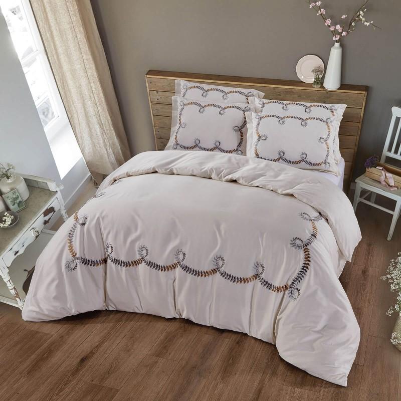 Čas je za popolno razvajanje z vezeno premium posteljnino! Posteljnina Loara je iz gosto tkanega bombažnega satena, ki je stkan iz visokokakovostne, tanke preje. Posteljnina iz satena je tako čudovit okras vaše spalnice in hkrati odlična izbira za udoben in prijeten spanec. Naj vas očara klasičen dizajn z vezenimi detajli. Posteljnina je pralna na 40 °C.