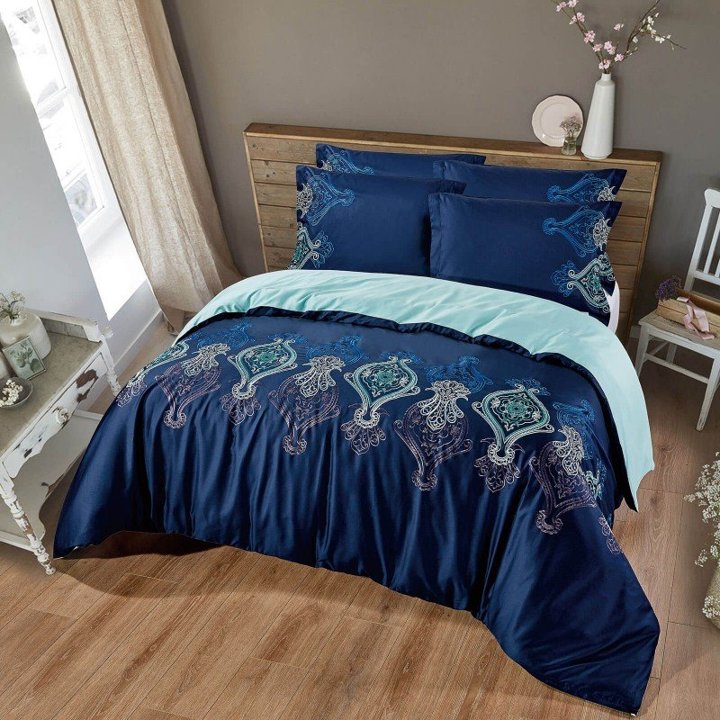 Čas je za popolno razvajanje z vezeno premium posteljnino! Posteljnina Nevia je iz gosto tkanega bombažnega satena, ki je stkan iz visokokakovostne, tanke preje. Posteljnina iz satena je tako čudovit okras vaše spalnice in hkrati odlična izbira za udoben in prijeten spanec. Naj vas očara klasičen dizajn z vezenimi detajli. Posteljnina je pralna na 40 °C.