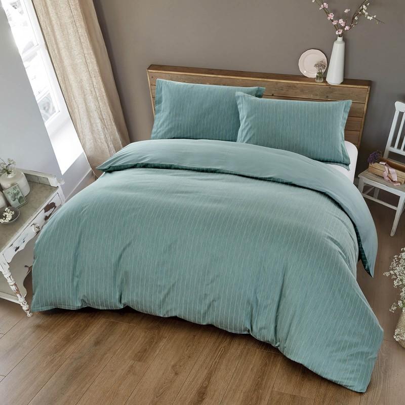 Čas je za popolno razvajanje z vezeno premium posteljnino! Posteljnina Livia je iz gosto tkanega bombažnega satena, ki je stkan iz visokokakovostne, tanke preje. Posteljnina iz satena je tako čudovit okras vaše spalnice in hkrati odlična izbira za udoben in prijeten spanec. Naj vas očara klasičen dizajn z vezenimi detajli. Posteljnina je pralna na 40 °C.