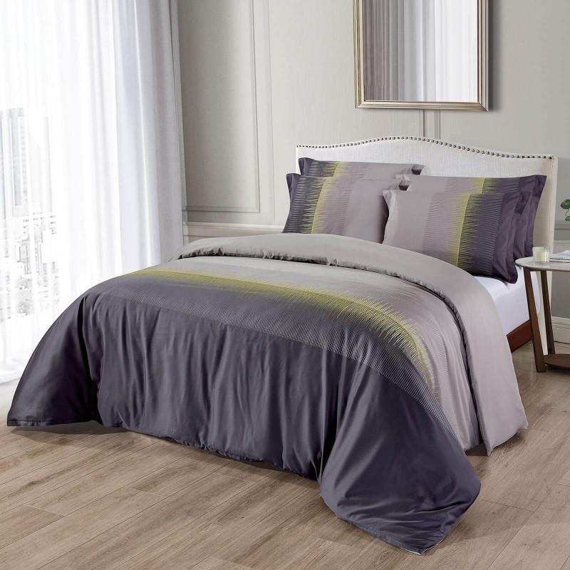 Čas je za popolno razvajanje z vezeno premium posteljnino! Posteljnina Stella je iz gosto tkanega bombažnega satena, ki je stkan iz visokokakovostne, tanke preje. Posteljnina iz satena je tako čudovit okras vaše spalnice in hkrati odlična izbira za udoben in prijeten spanec. Naj vas očara klasičen dizajn z vezenimi detajli. Posteljnina je pralna na 40 °C.