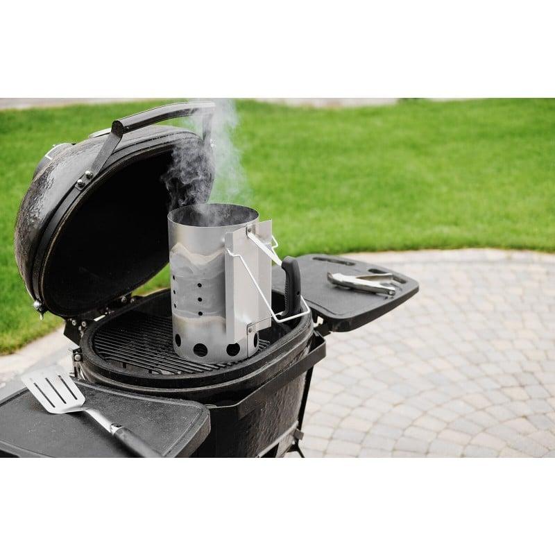 Kamin za prižiganje oglja in briketov Rosmarino je odličen pripomoček pri peki, saj boste hitro in enostavno pripravili začetek prijetnega piknika in druženja s prijatelji. Oglje ali briketi bodo pripravljeni za peko v manj kot 15 minutah in vse to brez uporabe nevarnih in strupenih tekočin za prižiganje. Kamin do vrha napolnite z ogljem in briketi, ga postavite na kocke za prižiganje ter počakajte, da briketi posivijo. Kamin za prižiganje vročega oglja in briketov za žar je izdelan iz obstojne kovine, ročaj pa iz plastike odporne na vročino. Po končani uporabi ga enostavno sperete pod tekočo vodo.