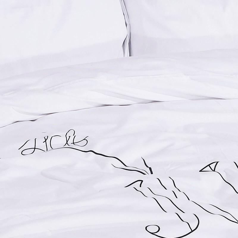 Čas je za popolno razvajanje z moderno bombažno posteljnino! Posteljnina Jump in Bed je iz renforce platna, ki velja za lahko, mehko tkanino, preprosto za vzdrževanje. Naj vas očara moderen dizajn s potiskom. Posteljnina je pralna na 40 °C.