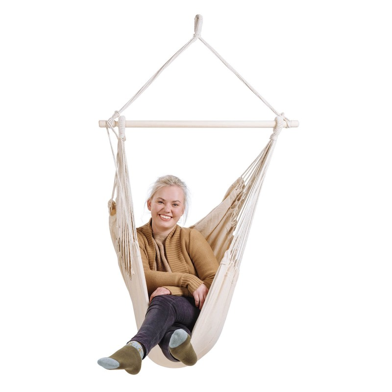 Z visečim stolom se boste lahko sprostili kjerkoli in kadarkoli. Branje knjige v zibajočem se stolu še nikoli ni bilo tako prijetno in sproščujoče. Udobno se zazibajte z njim doma na vrtu ali terasi, ob morju ali kjerkoli drugje v naravi. Viseči stol ima leseno palico za večjo stabilnost. Trpežna tkanina zagotavlja izjemno udobje in dolgo življenjsko dobo. Viseči stol je pralen na 40 °C.