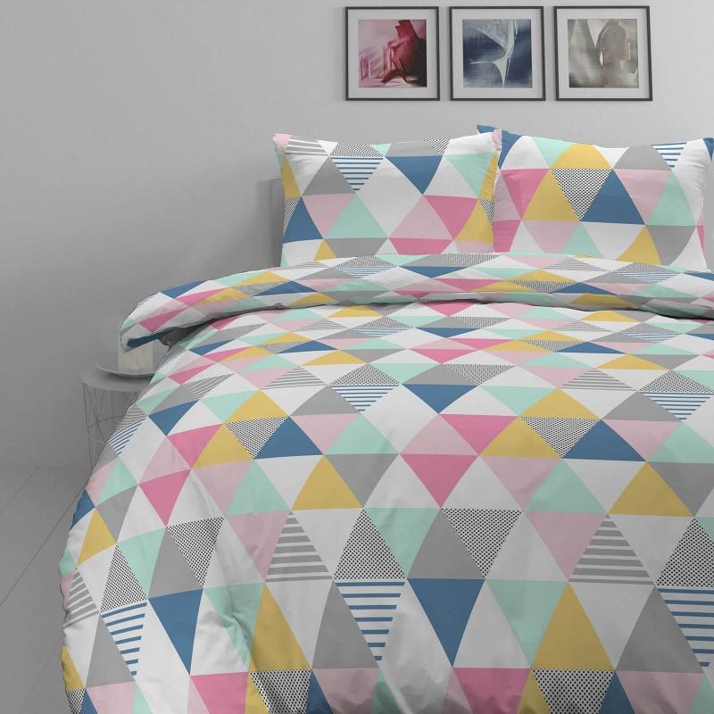 Čas je za popolno razvajanje z moderno bombažno posteljnino! Posteljnina Triangle Dreams je iz mehkega bombažnega satena, ki je stkan iz visokokakovostne, tanke preje. Posteljnina iz satena je tako čudovit okras vaše spalnice in hkrati odlična izbira za udoben in prijeten spanec. Naj vas očara moderen dizajn z geometrijskimi vzorci. Posteljnina je pralna na 40 °C.