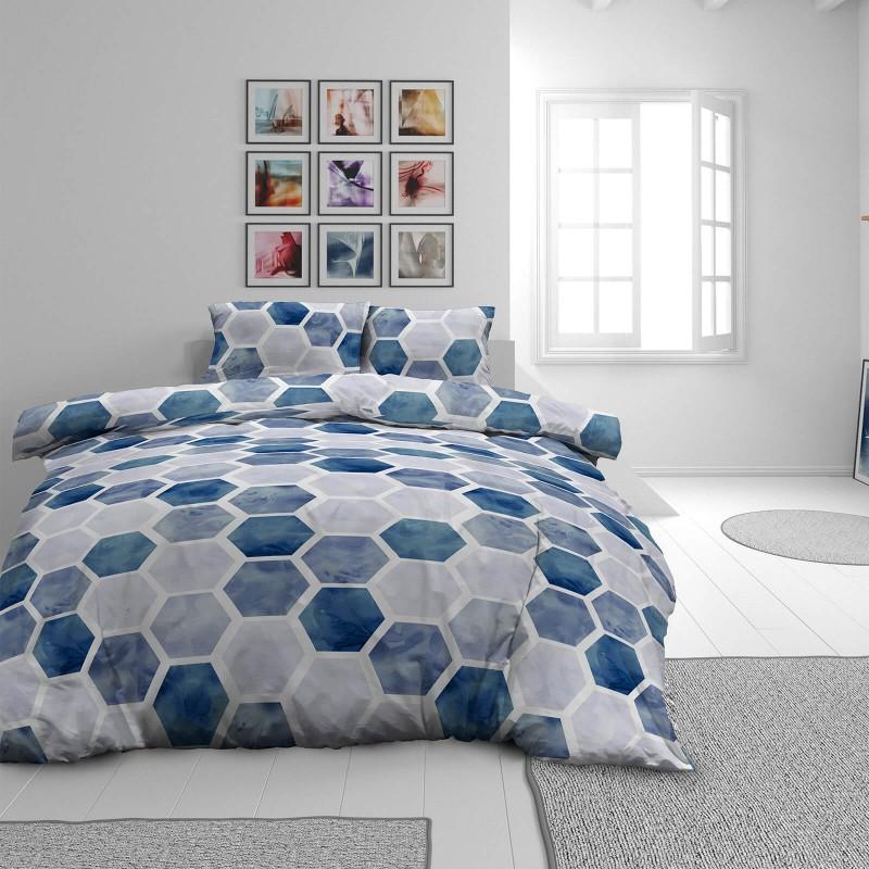 Čas je za popolno razvajanje z moderno bombažno posteljnino! Posteljnina Hexagon Dreams je iz mehkega bombažnega satena, ki je stkan iz visokokakovostne, tanke preje. Posteljnina iz satena je tako čudovit okras vaše spalnice in hkrati odlična izbira za udoben in prijeten spanec. Naj vas očara moderen dizajn z geometrijskim vzorcem. Posteljnina je pralna na 40 °C.