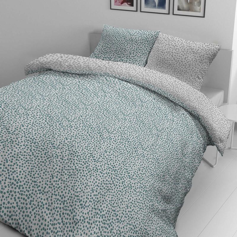 Čas je za popolno razvajanje z moderno bombažno posteljnino! Posteljnina Blue Dots je iz mehkega bombažnega satena, ki je stkan iz visokokakovostne, tanke preje. Posteljnina iz satena je tako čudovit okras vaše spalnice in hkrati odlična izbira za udoben in prijeten spanec. Naj vas očara moderen dizajn z pikami. Posteljnina je pralna na 40 °C.