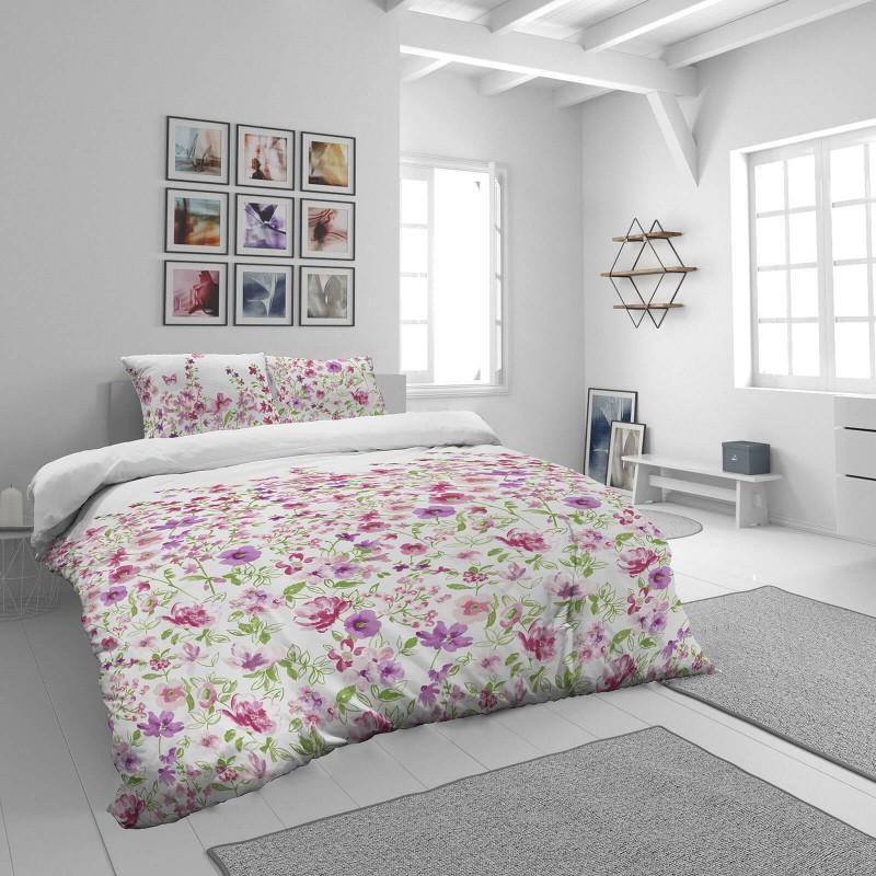 Čas je za popolno razvajanje z moderno bombažno posteljnino! Posteljnina Pink Flowers je iz mehkega bombažnega satena, ki je stkan iz visokokakovostne, tanke preje. Posteljnina iz satena je tako čudovit okras vaše spalnice in hkrati odlična izbira za udoben in prijeten spanec. Naj vas očara moderen dizajn s cvetličnim vzorcem. Posteljnina je pralna na 40 °C.