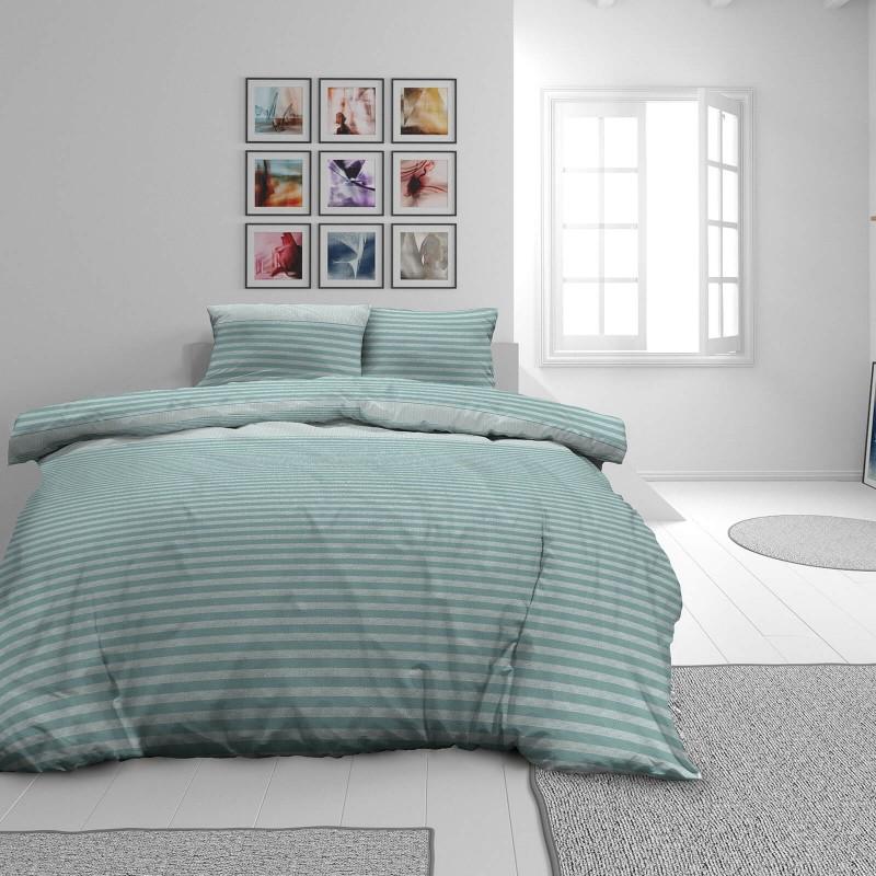 Čas je za popolno razvajanje z moderno bombažno posteljnino! Posteljnina Lila je iz mehkega bombažnega satena, ki je stkan iz visokokakovostne, tanke preje. Posteljnina iz satena je tako čudovit okras vaše spalnice in hkrati odlična izbira za udoben in prijeten spanec. Naj vas očara klasičen dizajn s črtami. Posteljnina je pralna na 40 °C.