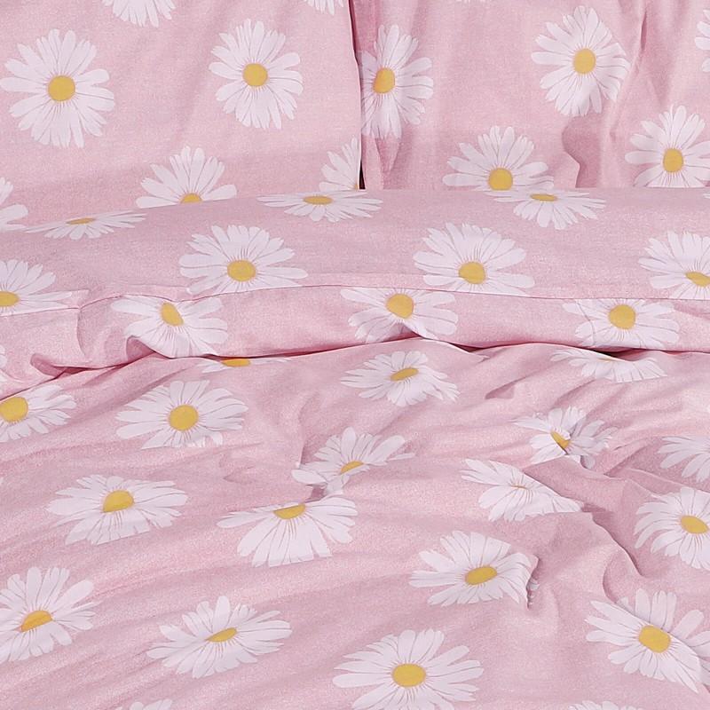 Čas je za popolno razvajanje z moderno bombažno posteljnino! Posteljnina Daisy Dreams je iz renforce platna, ki velja za lahko, mehko tkanino, preprosto za vzdrževanje. Naj vas očara moderen dizajn s potiskom marjetic. Posteljnina je pralna na 40 °C.