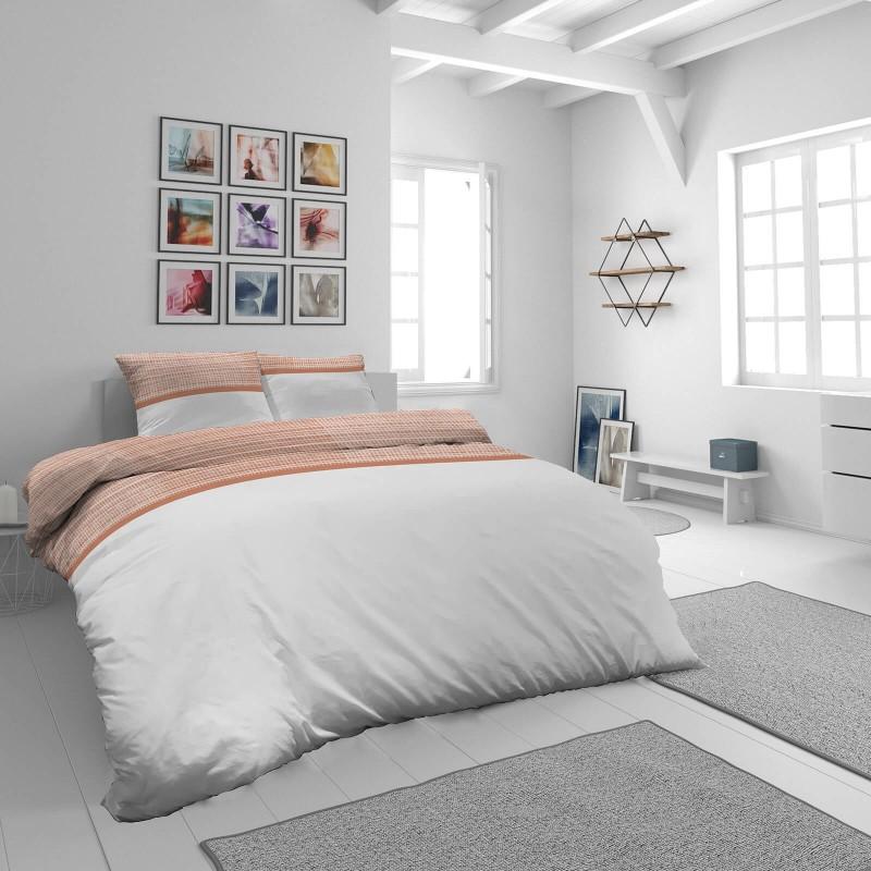 Čas je za popolno razvajanje z moderno bombažno posteljnino! Posteljnina Leyla je iz mehkega bombažnega satena, ki je stkan iz visokokakovostne, tanke preje. Posteljnina iz satena je tako čudovit okras vaše spalnice in hkrati odlična izbira za udoben in prijeten spanec. Naj vas očara klasičen dizajn s črtami. Posteljnina je pralna na 40 °C.