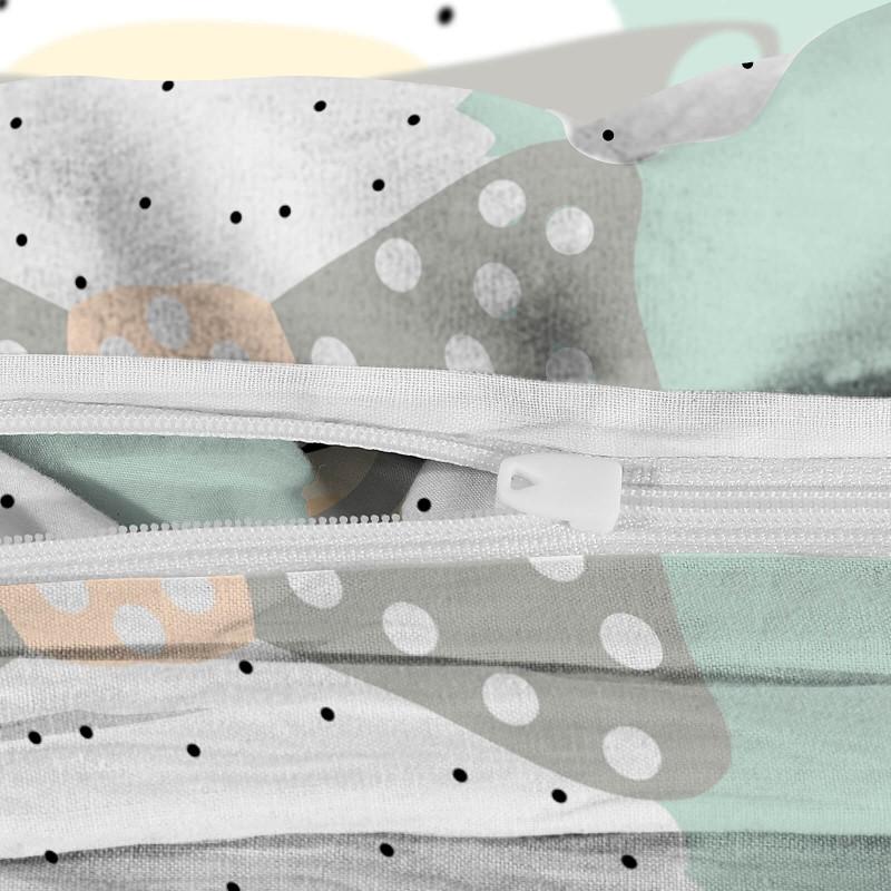 Poskrbite za miren in udoben spanec svojih najmlajših z bombažno posteljnino! Prikupen otroški motiv bo otroke zagotovo navdušil in popeljal v čudovito sanjsko deželo. Posteljnina No Problama je iz renforce platna, ki velja za lahko, mehko tkanino, preprosto za vzdrževanje. Posteljnina je pralna na 40 °C.