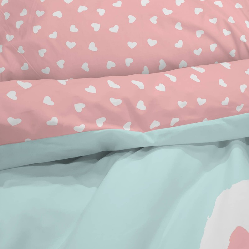 Poskrbite za miren in udoben spanec svojih najmlajših z bombažno posteljnino! Prikupen otroški motiv bo otroke zagotovo navdušil in popeljal v čudovito sanjsko deželo. Posteljnina Benny je iz renforce platna, ki velja za lahko, mehko tkanino, preprosto za vzdrževanje. Posteljnina je pralna na 40 °C.