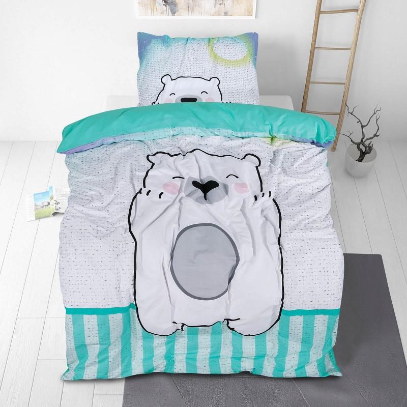 Poskrbite za miren in udoben spanec svojih najmlajših z bombažno posteljnino! Prikupen otroški motiv bo otroke zagotovo navdušil in popeljal v čudovito sanjsko deželo. Posteljnina Bear Hug je iz renforce platna, ki velja za lahko, mehko tkanino, preprosto za vzdrževanje. Posteljnina je pralna na 40 °C.