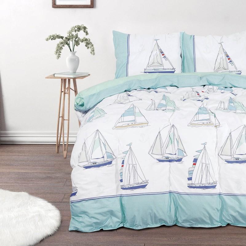 Čas je za popolno razvajanje z moderno bombažno posteljnino! Posteljnina Sailing Dreams je iz renforce platna, ki velja za lahko, mehko tkanino, preprosto za vzdrževanje. Naj vas očara moderen dizajn z morskim potiskom. Posteljnina je pralna na 40 °C.