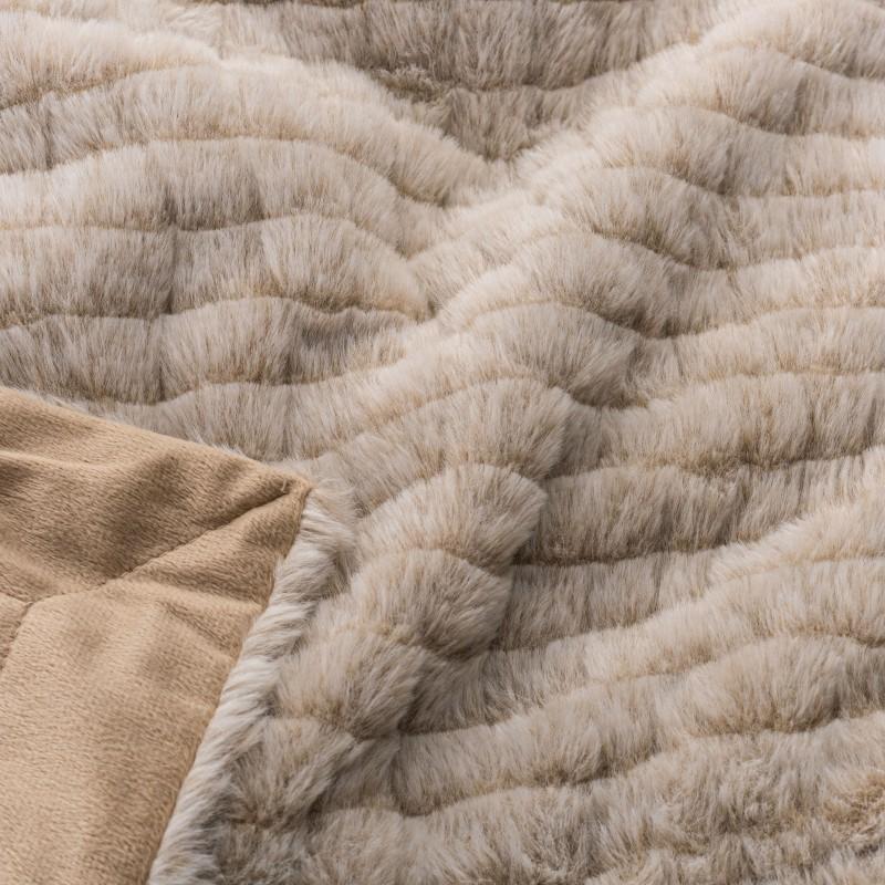 Dekorativna odeja Emily je ustvarjena za trenutke mehkobe in brezskrbnosti! V trenutku, ko se boste dotaknili tople odeje in se odeli vanjo, boste pozabili na vse neprijetne trenutke in se resnično sprostili. Zahvaljujoč daljšim vlaknom v svoji teksturi je primerna tudi kot odeja v svežih poletnih večerih, dodatna odeja v hladnejših zimskih mesecih ali kot pregrinjalo v vašem domu. Odeja je pralna na 30 °C.