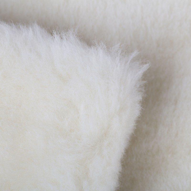 Topla zimska odeja Kašmir vas bo razvajala z udobjem in s toploto v najhladnejših zimskih mesecih. Volnena odeja je popolna izbira za vse, ki cenite naravne materiale. Kombinacija najkvalitetnejše runske in kašmir volne daje odeji izjemno mehkobo, uravnava telesno temperaturo in odvaja vlago med spanjem. Volnena odeja je sinonim za popolno toploto in maksimalno udobje v mrzlih zimskih nočeh.