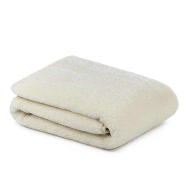 Topla zimska odeja Merino vas bo razvajala z udobjem in toploto v najhladnejših zimskih mesecih. Volnena odeja je popolna izbira za vse, ki cenite naravne materiale. 100 % merino volna daje odeji zračnost, saj uravnava telesno temperaturo in dobro odvaja vlago med spanjem. Volnena odeja je sinonim za popolno toploto in maksimalno udobje v mrzlih zimskih nočeh.