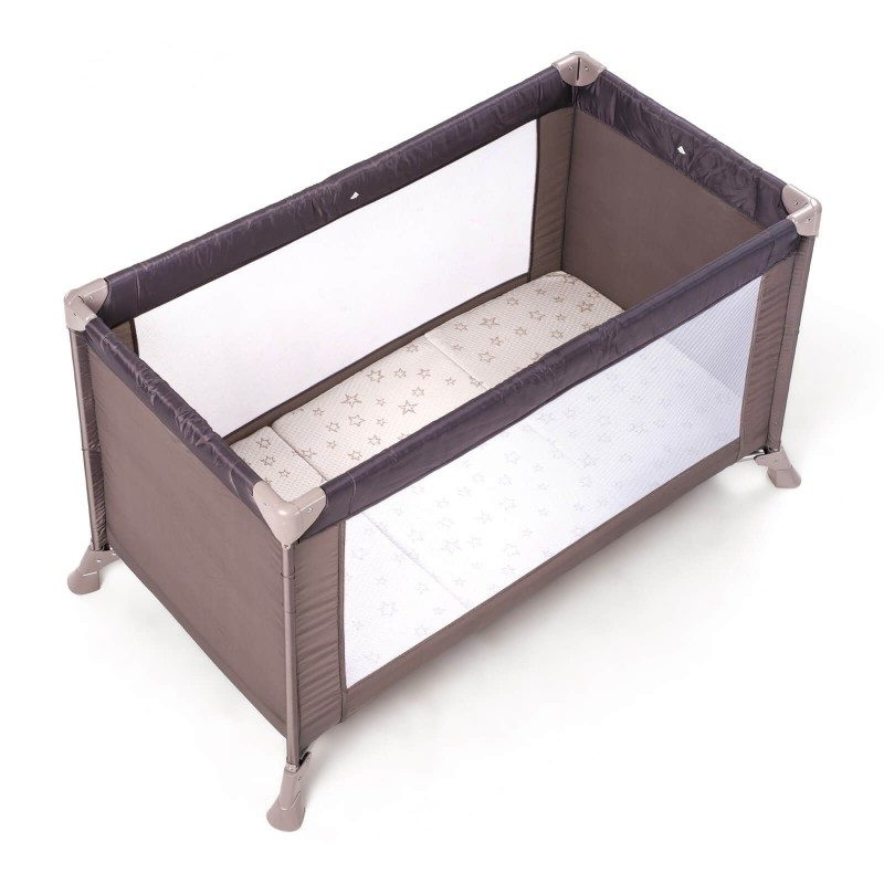 Zložljivo otroško ležišče Bamboo Flex je visoko 5 cm in omogoča popolno podporo telesu vašega otroka in pravilno lego hrbtenice. Jedro je sestavljeno iz poliuretanske pene, ki sledi otrokovemu razvoju, se prilagodi telesu, mu nudi oporo in zagotavlja miren spanec. Ležišče je enostavno zložljivo na tri dele, uporabno v otroški posteljici, kot igralna podloga ali kot pomožno ležišče na potovanju ali kampiranju. Tkanina prevleke vsebuje naravna bambusova vlakna, ki vzpostavijo suho in sveže spalno okolje. Prevleka ležišča je snemljiva in pralna na 40 °C.