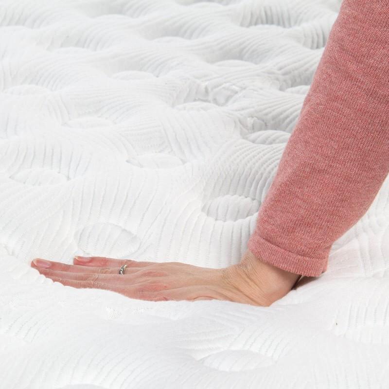 7-consko žepkasto ležišče Hitex Antistress Royal 30 je visoko 30 cm in poskrbi za popolno podporo vašega telesa in udobje ter zagotavlja, da se boste zjutraj zbudili spočiti in naspani. Samostojne žepkaste vzmeti v kombinaciji z inovativno gel spominsko peno in valjano peno v treh plasteh poskrbijo za pravilno lego in sproščujoč spanec.