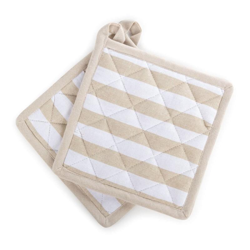 Set dveh kuhinjskih prijemalk je narejen iz bombažne tkanine in polnila iz kakovostnih mikrovlaken. Kakovostna sestava zagotavlja odpornost na vročino do 200 °C. Tako se pri prenašanju posode ne boste opekli, vaše roke pa bodo ustrezno zaščitene. Prijemalke lahko uporabite tudi kot podstavek za posodo. Ker imajo zanko za obešanje, jih boste lažje shranili in jih imeli vedno pri roki. Moderen dizajn bo dal piko na i lepo urejeni kuhinji. Prijemalki sta pralni na 40 °C.