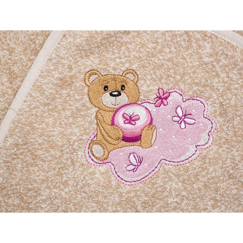 Otroški kopalni plašč s kapuco iz kakovostnega bombažnega frotirja je igrivega videza, z vezenim medvedkom v roza barvi. Primeren za otroke od 1 do 4 let.