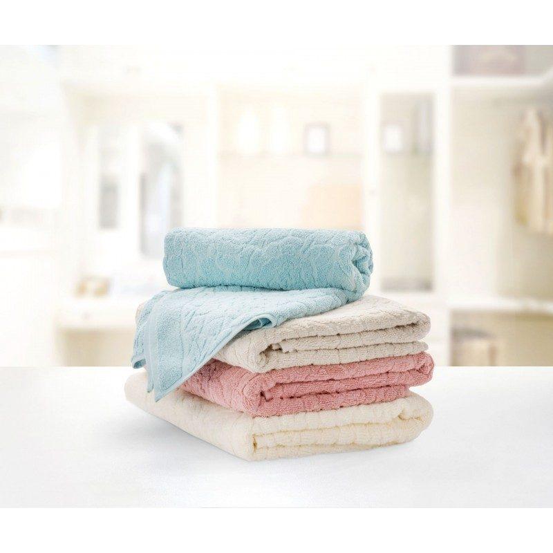 Doživite razkošno udobje v svoji kopalnici! Kakovostna brisača Rose iz bombažnega frotirja je trpežna, mehka, vpojna in se hitro suši. Moderen dizajn s čudovitim žakardnim vzorcem vrtnic po vsej površini. Brisača je pralna na 60 °C.