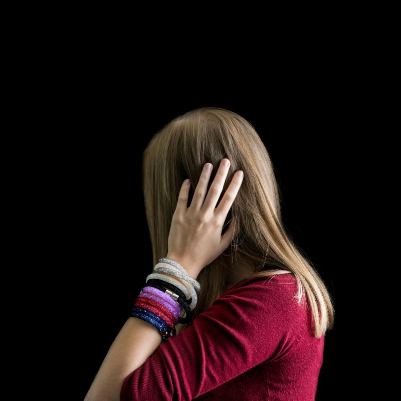 Popestrite svoj vsakdanji videz z modnimi zapestnicami Susie Q! Priljubljen kos nakita, ki ga boste z veseljem nosili v prostem času, v šoli ali službi. V beli, fuksija, srebrni, temno modri in vijolični barvi.