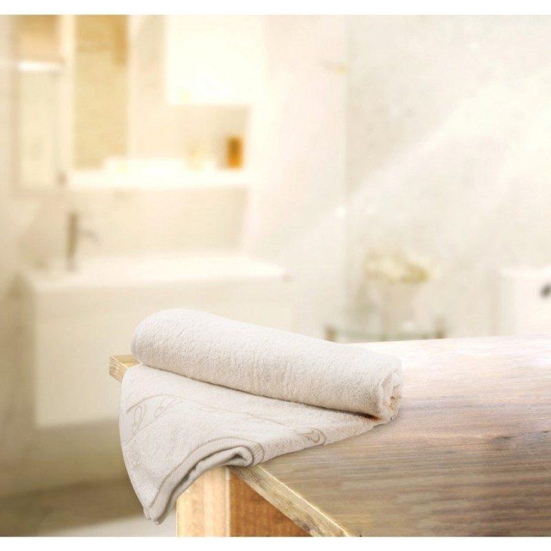 Doživite razkošno udobje v svoji kopalnici! Kakovostna brisača Viva iz naravnega in nebarvanega bombaža je izredno mehka, vpojna in se hitro suši. Odlična izbira za vse z občutljivo kožo. Krasi jo čudovit metuljček v borduri. Brisača je pralna na 60 °C.