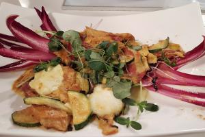 Recept za bučkino omleto z mocarelo in karijem