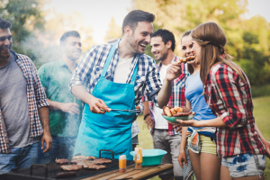 Kako dimiti meso na žaru z lesnimi sekanci